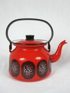 Finel, Arabia Finland, Enamel Teapot, Lumikukka or Lumimarja Enamel Teapot, Enamel Ware, Cosy Kitchen, Retro Vintage, Vintage Ideas, Tea For One, Happy Design, Vintage Kitchenware, Pottery Plates