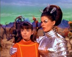 Penny & Verda - Lost In Space( Angela Cartwright & Dee Hartford ) Space Tv Series, Space Tv Shows, 1960s Tv Shows, Old Tv Shows, Science Fiction, Danger Will Robinson, Space Hero, Space Age, Sci Fi Tv