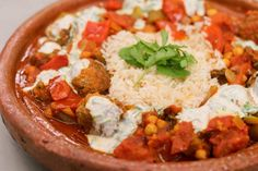 Jeroen verwerkt hedendaagse exotiek in een hoofdgerecht. De kefta zijn vleesballetjes die van de Balkan tot in India worden geserveerd. Hij serveert ze in een groentesaus, met frisse kruidige yoghurt en witte rijst. Een gerecht zoals dit is helemaal 'in', en terecht!
