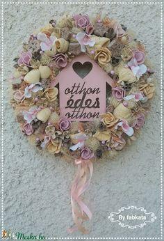 Házikós tavaszi kopogtató ajtódísz (fabkata) - Meska.hu Diy Flowers, Floral Wreath, Easter, Wreaths, Spring, Creative, Home Decor, Dekoration, Floral Crown
