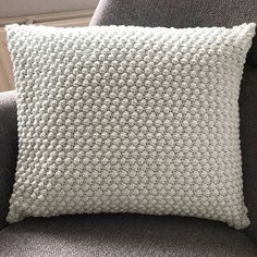 Crochet Home, Diy Crochet, Crochet Crafts, Crochet Projects, Diy Projects, Crochet Ideas, Knitted Cushion Pattern, Knitted Cushions, Crochet Pillow