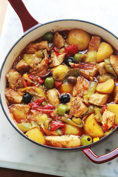 Délicieux plat complet et équilibré : poulet aux poivrons et pommes de terre fondantes en sauce tomate. Ce sont des morceaux de blanc de poulet sautés puis mijotés avec des légumes dans une sauce tomate. Une recette simplissime, facile et économique!