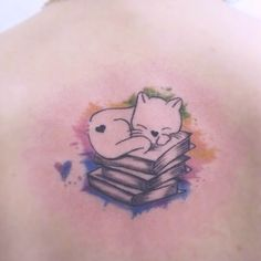 tatuaje gato durmiendo sobre libros
