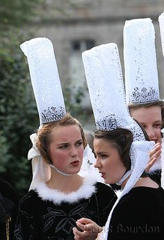 "The traditional ""Coiffe Bidougène"" - Brittany Folk Costume, Costume Dress, European Costumes, Authentic Costumes, French Costume, Country Women, Lacemaking, Celtic, Culture"
