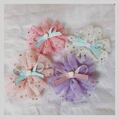 春にぴったりのふんわりヘアアクセサリーを作ってみませんか?軽くて透け感のあるチュールは今の時期にぴったり♡結ぶだけで作れるチュールゴムや、縫わない簡単チュールリボン、チュールぽんぽんの作り方も!チュールの色や組み合わせで、お子さんからママ世...