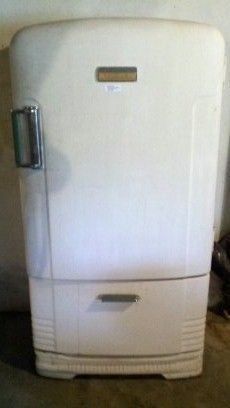 So happy i have this one in my kitchen! 1950 Crosley Shelvador refrigerator / freezer