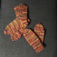 Kummipojalle lapaset ja sukat.