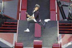 how the heck does he jump so high> he's magical hes part kangaroo or something but it was a magic irish kangaroo or maybe he was deemed honorary kangaroo thus earning kangaroo powers... those are my theories anyway