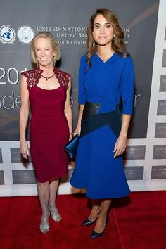 United Nations Foundation CEO Kathy Calvin (L) and Jordanian Queen Rania Al Abdullah attend the 2014 Global Leadership Dinner on 22.10.2014 in New York City.