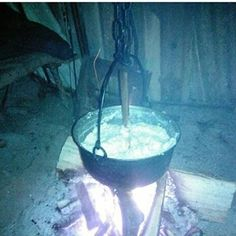 Мамалыга, на абхазском - абыста. Варится из кукурузной муки. Подается на стол с сыром сулугун ,подливкой из алычи ,копченным мясом или рыбой. Очень вкусно,рекомендую!