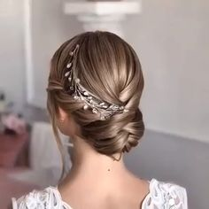 look at the best bridal hair styles and tutorials we've chosen for you. - Hairstyles -Let's look at the best bridal hair styles and tutorials we've chosen for you. Curly Crochet Hair Styles, Curly Hair Styles, Summer Wedding Hairstyles, Hairstyle Wedding, Engagement Hairstyles, Short Hairdos For Wedding, Short Wedding Hairstyles, Ponytail Hairstyles, Braids For Wedding