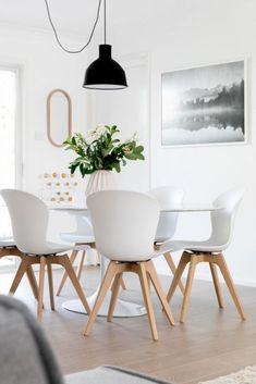 Here's the best secrets and tips to introduce more space into your Scandinavian home! Dining Room Design, Dining Room Furniture, Furniture Design, Scandinavian Interior Design, Scandinavian Home, Scandinavian Dining Table, Scandinavian Christmas, Boconcept, Home Decoracion
