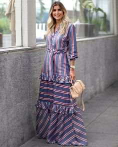 La imagen puede contener: 1 persona, de pie y rayas Homecoming Dresses Tight, Modest Dresses, Modest Outfits, Casual Dresses, Fashion Dresses, Abaya Fashion, Indian Designer Outfits, Designer Dresses, Classy Winter Outfits