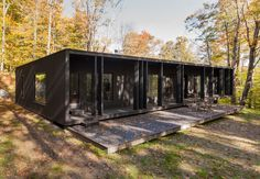 ideas for black wood facade cabin Shed Homes, Prefab Homes, Modular Homes, Glass House Design, Wood Facade, Casas Containers, Long House, Wood Architecture, Modern Tiny House