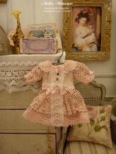 Robe miniature romantique en coton rose et dentelle ancienne, Accessoire de collection pour maison de poupée à l'échelle 1/12 by AtelierMiniature on Etsy