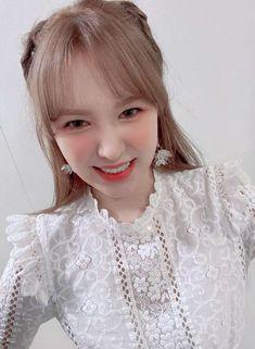 Wendy Red Velvet, Red Velvet Irene, South Korean Girls, Korean Girl Groups, Korean Girl Band, Girl Bands, Her Smile, The Girl Who, Flower Girl Dresses