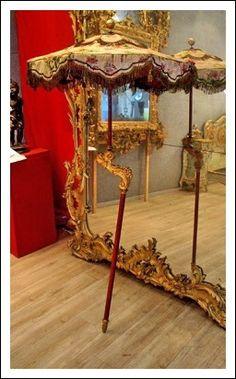 Ombrello da processione con manico intagliato seta e passamanerie in filigrana d'oro epoca 700