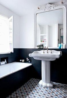 lavabo sur colonne et grand miroir