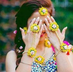 Beautiful Yellow Floral Necklace Set for Haldi Ceremony Flower Jewellery For Mehndi, Flower Jewelry, Boho Jewelry, Fancy Jewellery, Fashion Jewelry, Bridal Looks, Bridal Style, Haldi Ceremony, Wedding Ceremonies