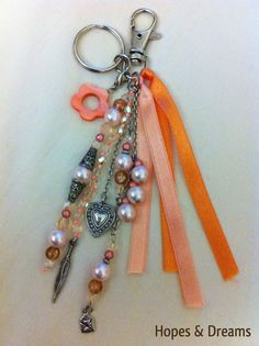 Bijou de sac, gri gri... avec perles, charms, rubans... tons orangés : Autres bijoux par hopes-dreams Diy Jewelry, Beaded Jewelry, Handmade Jewelry, Jewelry Making, Tassel Keychain, Diy Keychain, Bijoux Diy, Key Fobs, Beads And Wire