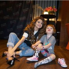 New pictures of Selena with a little fan in Boston before her concert some days ago #GomezUpdate