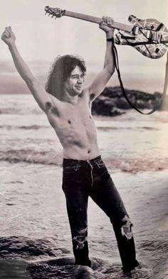 Van Halen 5150, Iron Maiden Posters, Dream Dates, Famous Guitars, Best Guitarist, Eddie Van Halen, Love To Meet, Good Smile, Music Mix