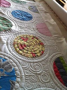 gorgeous quilting! This quilt shows that you don't have to do tiny stippling or itsy-bitsy quilting to get a dynamic look