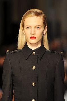 Victoria Beckham - very Caroline Bessette Kennedy. I feel the minimalism coming back Military Inspired Fashion, Military Fashion, Military Style, Cool Outfits, Fashion Outfits, Black White Fashion, Vogue, Victoria Beckham, Passion For Fashion