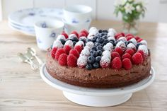 17. mai kake i rødt, hvitt og blått Norwegian Food, Norwegian Recipes, Caesar Pasta Salads, Scandinavian Food, I Want To Eat, Food Inspiration, Cake Recipes, Raspberry, Bakery