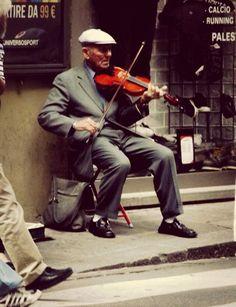 Violinista en las calles de Florencia, Italia.