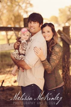rustic family photo, country fence- Love it!rustic family photo, country fence- Love it! Family Portrait Poses, Family Picture Poses, Photo Couple, Family Photo Sessions, Family Posing, Couple Shoot, Mini Sessions, Rustic Family Photos, Family Photos With Baby