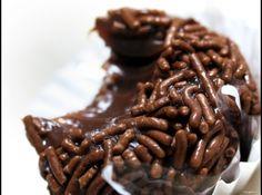 Receita de Brigadeiro sem fogão - brigadeiro,depois de fazer as bolinhas passe no chocolate meio amargo e depois deixe secar durante 5min depois passe no chocolate granulado.É e so...