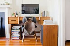 35 Hacks, Tips, and Ideas to Give You the Most Organized Desk Ever The 35 Best Desk Organization Ideas, Ever San Francisco Apartment, Clean Desk, Hanging Closet Organizer, Warm Home Decor, Low Cabinet, Best Desk, Creative Storage, Desk Space, Wall Mounted Shelves