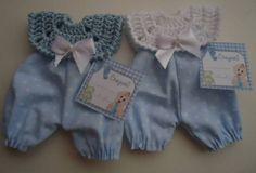 Lembrancinha- Macacão com crochê /tecido | Ateliê Lara for Baby | 1BA356 - Elo7