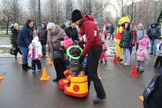 7 января в сквере на пересечении улиц Санникова и Хачатуряна состоялся Рождественский спортивный праздник, который провела ГБУ ЦДиС «Юность». Жители Отрадного и их дети поучаствовали в различных спортивных эстафетах, попрыгали на батуте, сфотографировались с ростовыми куклами, а главным призом для победителей стали билеты на детский мюзикл «Черномор».
