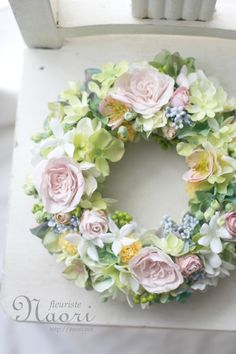 Wreath of roses and hellebore クリスマスローズとバラのリース Pale pink and green