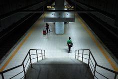 Uma para o comboio.  Pormenor da zona de embarque Estação de Espinho, obra iniciada em 2004 e terminada em 2012 e construída para eliminar a divisão causada pela Linha do Norte