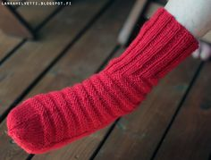 Olen ihan rakastunut tähän malliin! Vihdoin ja viimein kun ymmärsin sen englannin kielisen ohjeen (Kiitos kaverilleni!) niin voisin kutoa nä... Tejidos, Weaving, Knitting Socks