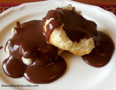 Chocolate gravy is a breakfast treat that grownups as well as children will love. If you have not tried chocolate gravy for breakfast spread over homemade biscuits you are in for a surprise. Chocolate Gravy Recipe, Homemade Chocolate, Delicious Chocolate, Chocolate Recipes, Chocolate Pies, Sweet Breakfast, Breakfast Dishes, Breakfast Recipes, Breakfast Ideas