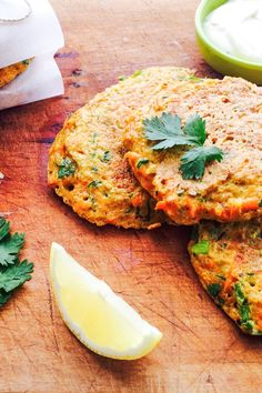 FODMAP-These curried quinoa fritters make a great starter dish or take to work lunch. We love the burst of flavour from the curry powder and FRESH herbs, which is balanced out by the carrot and quinoa. Vegetarian Lunch, Vegetarian Recipes, Healthy Recipes, Diet Recipes, Pescatarian Recipes, Starter Dishes, Low Fodmap, Fodmap Diet, Fodmap Foods