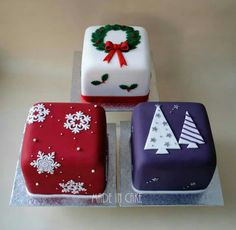 Christmas Mini Cakes Mais Mini Christmas Cakes, Christmas Cake Designs, Christmas Cake Decorations, Christmas Minis, Holiday Cakes, Christmas Cooking, Christmas Goodies, Christmas Desserts, Christmas Treats