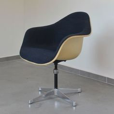 Located using retrostart.com > Cream Fiberglass Arm Chair by Charles and Ray Eames for Herman Miller