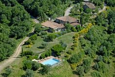 La Locanda Country Hotel Radda In Chianti La Locanda is located in the heart of the Chianti Classico region, surrounded by vineyards, woods and olive groves. This 16th-century converted farmhouse features a swimming pool with panoramic views.