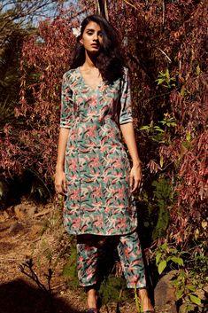 Simple Kurti Designs, Kurta Designs Women, Blouse Designs, Dress Indian Style, Indian Dresses, Indian Outfits, Indian Attire, Indian Wear, Indian Designer Outfits