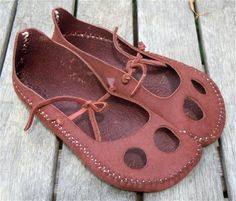 Moccasins - First class maker of mocassins, ceramics, sculpture, art, raw food… Barefoot Shoes, How To Make Shoes, Casual Heels, Water Shoes, Miller Sandal, Leather Working, Me Too Shoes, Shoe Boots, Creations