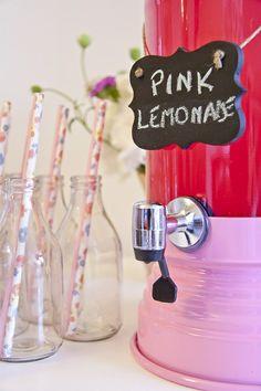 Suqueira de Vidro @ShopFesta #shopfesta.Suqueira de Vidro Red dá um toque todo especial ao seu evento. Sirva sucos, água aromatizada e drinks. Para compor sua decoração use Garrafinha de Vidro e Canudo de Papel à venda aqui na Shopfesta. Veja nossos Vídeos para Inspirar-se!