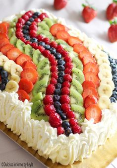Torta di frutta rettangolare con decorazione ad onda Dulcisss in forno by Leyla Cake Decorated With Fruit, Fresh Fruit Cake, Summer Salads With Fruit, Waffle Cake, Mini Desserts, Health Desserts, Sweet Cakes, Celebration Cakes, Creative Food
