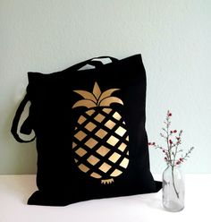 Schwarzer Jutebeutel mit goldener Ananas / black tote bag with golden pineapple by Lemina via DaWanda.com