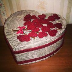 Scatola rivestita con la carta da giornali e decorata con un rametto fiorito di cuori.. Ideale per San Valentino!