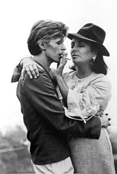 Elizabeth Taylor and David Bowie at their first meeting in Beverly Hills, Photographs by Terry O'Neill. Scanned from the book Legends by Terry O'Neill. Elizabeth Taylor, Elizabeth David, David Bowie, Robert Mapplethorpe, Annie Leibovitz, Richard Avedon, Classic Hollywood, Old Hollywood, The Thin White Duke